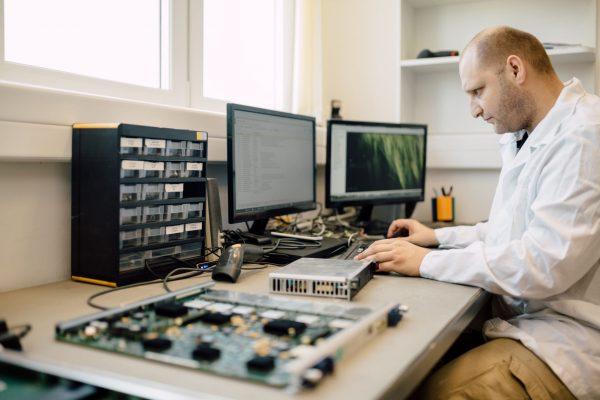 tecnico-reparación-reacondicionamiento-de-equipos